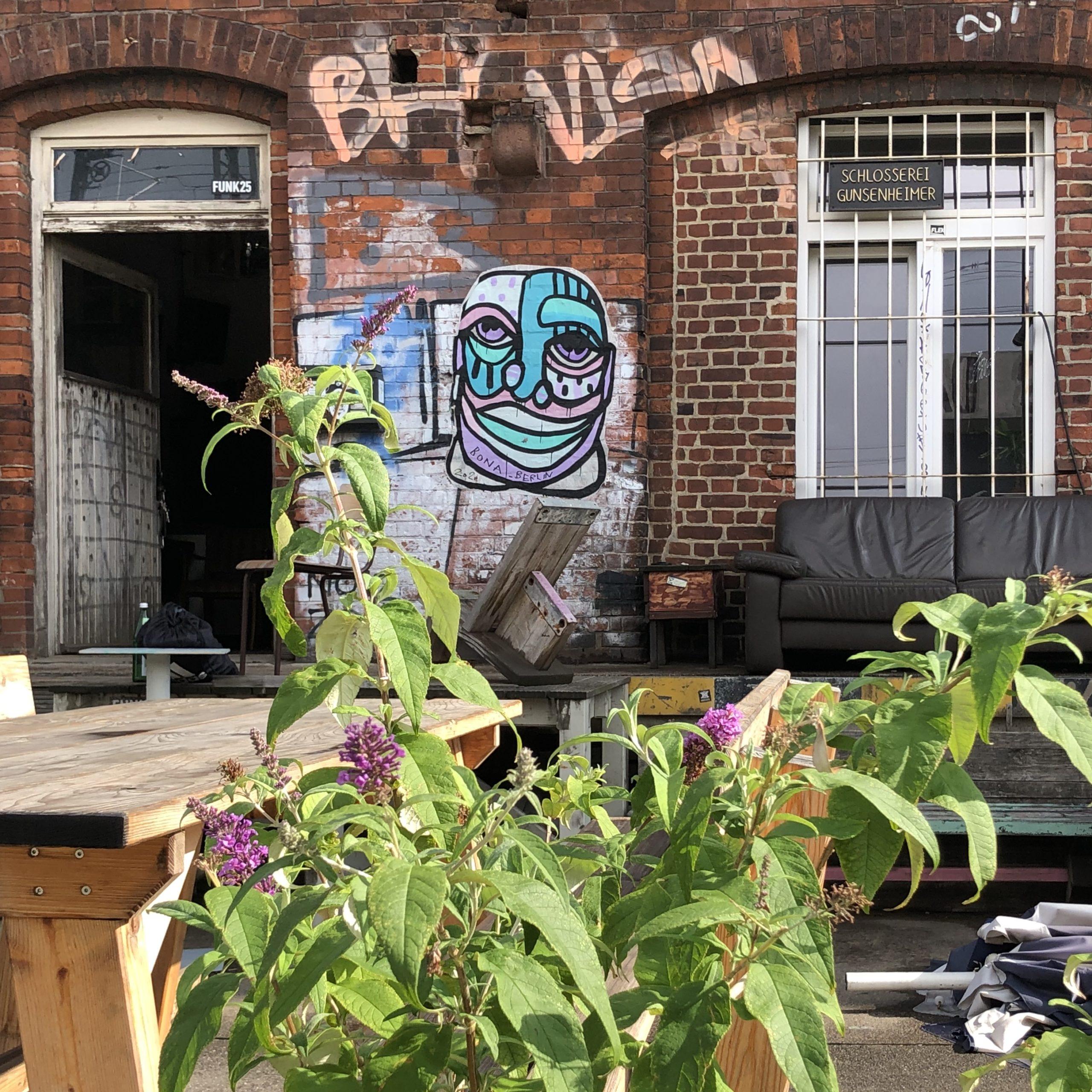 paste-up von bona_berlin auf Backsteinwand der Alten Bahnmeisterei im Oberhafen