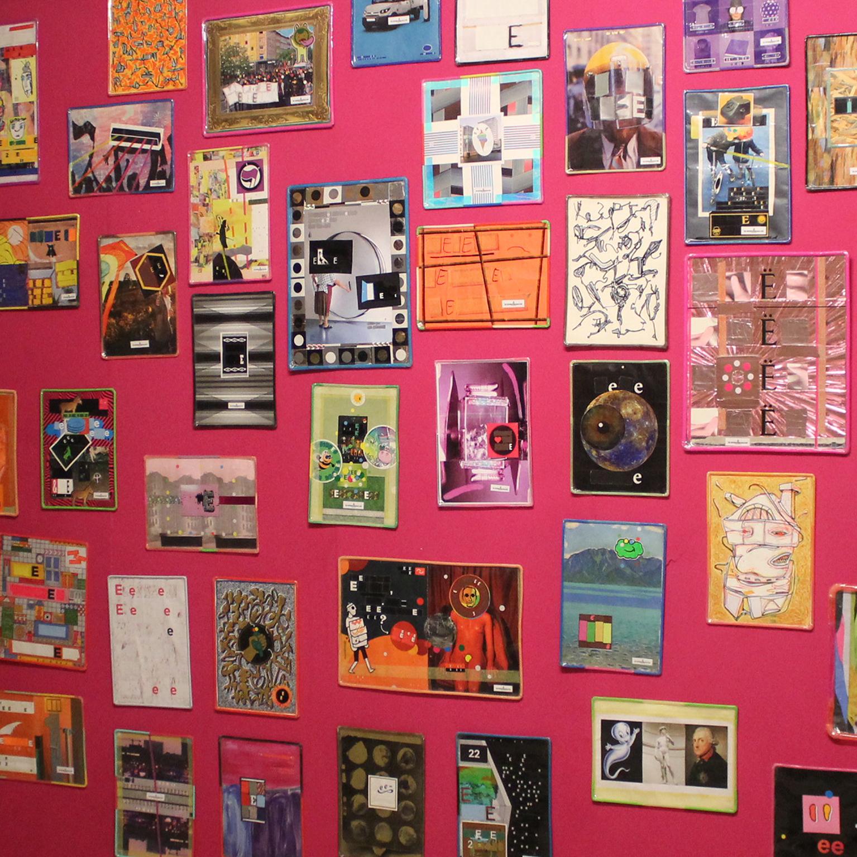 viele bilder auf pinker Wand